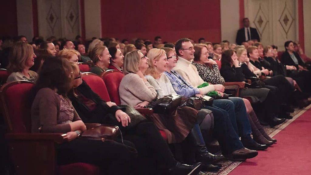 Зрители на корпоративном мероприятии организованном