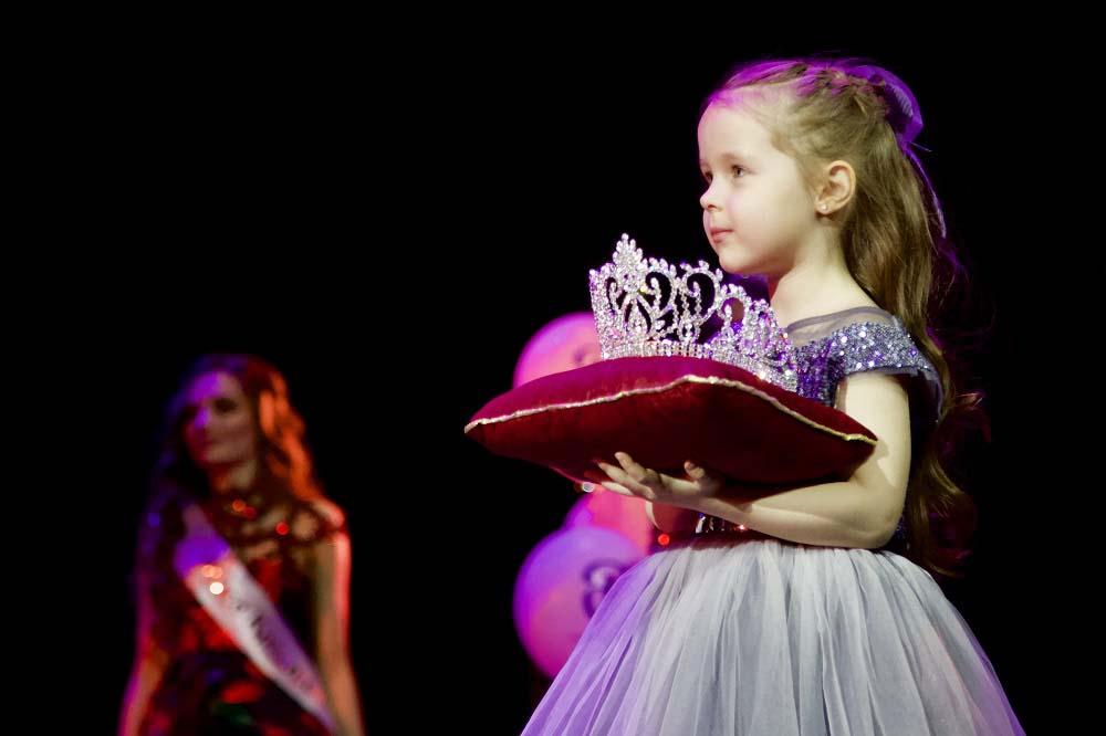 Вручение короны финалистке